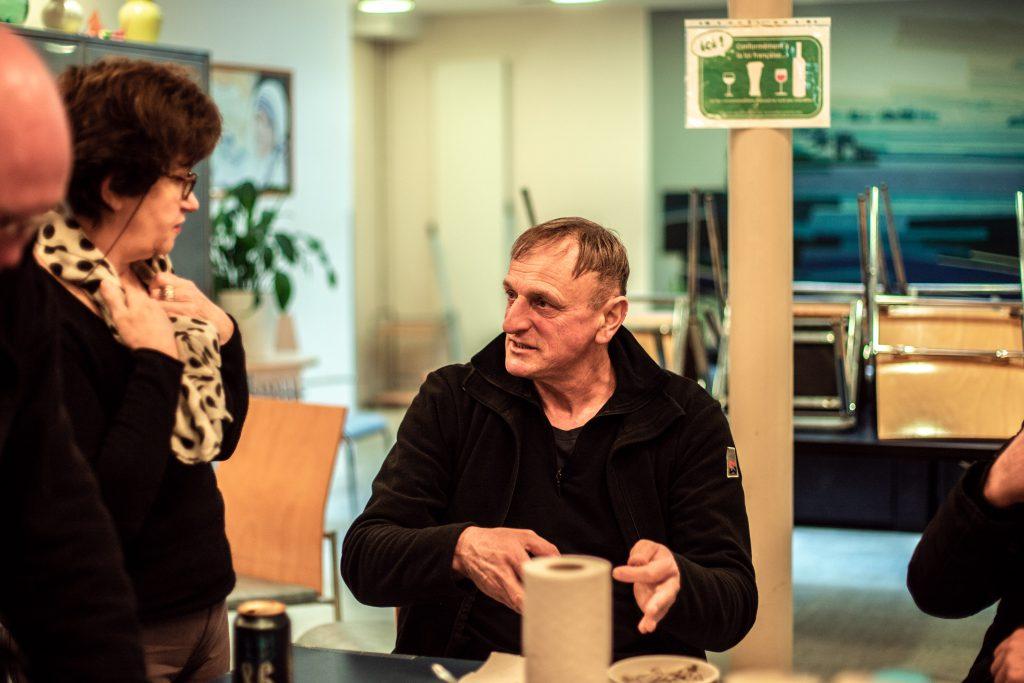 Les bénéficiaires et bénévoles échangent à l'espace Marcel Olivier